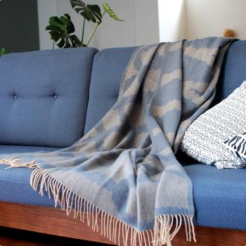 ソファやベットで使うのに丁度いい大きめサイズのブランケット。メリノウールとラムウールがブレンドされていて、軽く柔らかな触り心地です。
