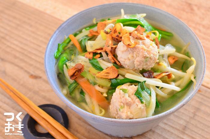 中華スープの素を使って、たっぷりの野菜と茹でた鶏団子を入れた簡単エスニックスープは、ダイエット中に最適◎ 鶏団子を作り置きしておけば、野菜の種類を変えて手軽にアレンジが楽しめますね。