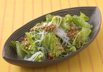 ナンプラーと納豆の組合せが意外な美味しさ。サンチュがなければレタスでも代用できるので、冷蔵庫にある食材でササッと作れるのも嬉しい♪
