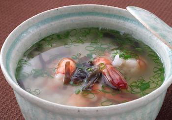 旨みが凝縮されたタイのスープは、おかゆにすると、朝食やお酒の後の夜食にもピッタリ◎ サラッと仕上がるタイ米を常備しておきたくなりますね。