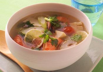 タイ料理の代表格とも言えるトム・ヤム・クンは、ナンプラーとレモン汁で意外に簡単に作れるんです! 好みの具をたっぷり入れて・・・。しょうがや赤唐辛子の辛み×レモンのすっぱさのハーモニーが、寒い冬にはやみつきになる味わいです。