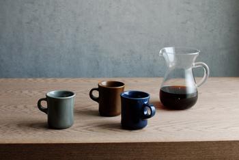少しくびれたようなフォルムで、安定感のある、とっぷりとした印象を受けるSLOW COFFEE STYLEのマグカップは、250mlと400mlの2種類があります。 味わいのある、渋さも感じられるほどの深い色合いが、じっくりと時間を楽しみたい時にとても合いますね。