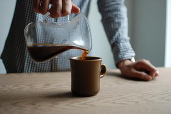 250mlのサイズは小振りなので女性やお子様にも持ちやすく、400mlはたっぷり入るのでカフェオレやスープにも使えるサイズです◎ 自分で挽いたコーヒーなども、楽しみたくなるようなマグカップですね。