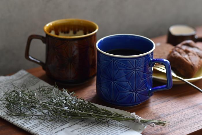 京都・清水焼と日本の伝統ある麻の葉柄に、北欧デザインが合わさった、あたたかみを感じるマグカップです。 麻の葉柄は江戸時代に流行した伝統文様で、茎がまっすぐに延びる事から「成長」を願う柄として使われたりしていたのだとか。 どこか懐かしい風合いも、ほっこりさせる理由のひとつかなと思います。