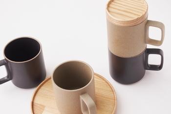 土のような深みのある質感や色味の風合いが、使う人の穏やかな日常に寄り添ってくれるようなHASAMI PORCELAINのマグカップ。 長崎の伝統的な波佐見焼を、LA在住の篠本拓宏氏のディレクションで現代的なデザインにしたもの。