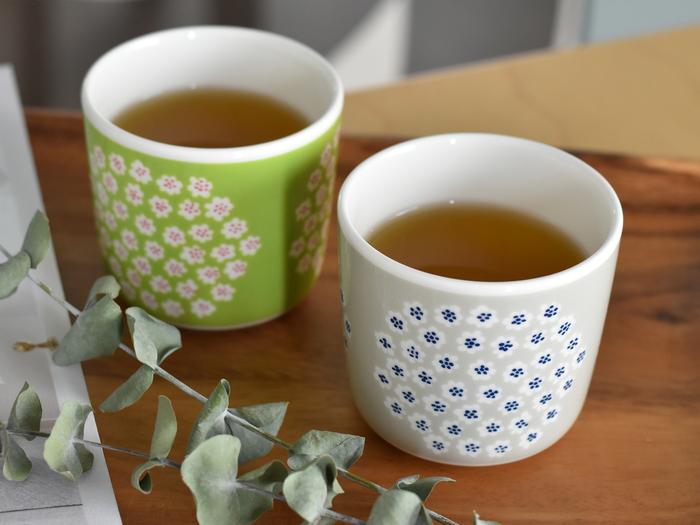 """marimekkoで人気のラテマグは、小さいサイズで手軽に使え、ぷっくりとしたフォルムが可愛いアイテム。 小さなブーケという意味を持つ""""PUKETTI""""があしらわれた、ほんわかした雰囲気のあるマグです。 コーヒー、紅茶、緑茶などはもちろん、きめ細かな泡を乗せたカフェラテなど少し手を加えて使うのも◎"""