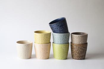 波佐見焼で作られた磁器のカップなので強度があり、しっかりとした作りです。 淡さと深みが合わさった色味が、ゆったりした時間にぴったりですね。 ドリンクやデザートを入れるカップして、またお花や植物を飾ったりしても可愛いですよ◎