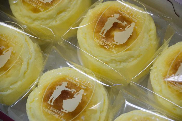 スナッフルスの「チーズオムレット」は2000年誕生。ふんわりとろけるスフレタイプのチーズケーキは、航空会社の客室乗務員の口コミから人気に火がつきました。本店ほかいくつかの店舗では、イートインができるティールームも備えているので、お土産とは別に、直営店でしか扱っていない生ケーキなども味わってみては?