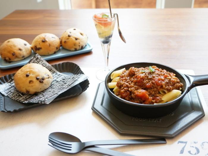 簡単に作れるミートソースは組み合わせ次第で、パスタ、オムライス、タコス、グラタン、ドリアへと大変身するお役立ちおかずのひとつですね。お弁当や時短料理の強い味方になってくれるから、作り置きしなきゃもったいない!