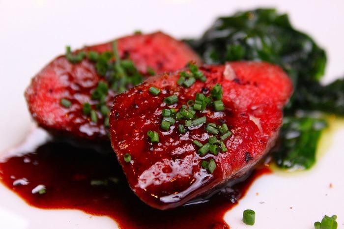 メインとなるお肉料理。とろけるような上質の味わいを思う存分堪能してください。