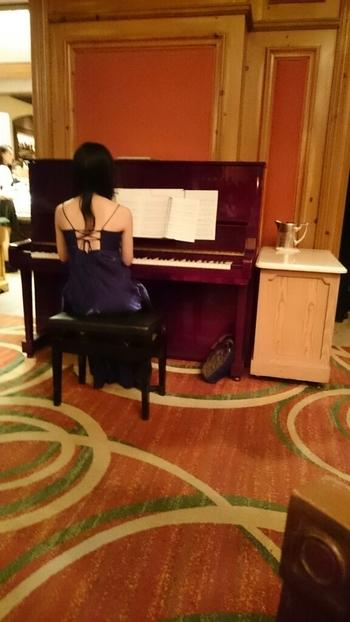 ピアノの生演奏がエレガントな雰囲気を引き立てています。