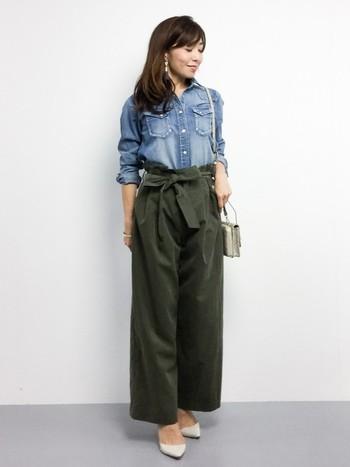 大人の女性にぴったりなキレイめコーデ。デニムシャツのカジュアル感を残しつつ、エレガンスな雰囲気を作り出しています。品のある爽やかスタイルでお出かけしましょう。