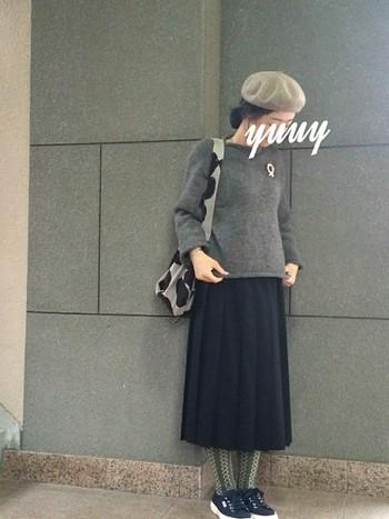 グレーのニットとベレー帽でクラシカルな装い。足元をスニーカーや柄のタイツで外すとニュアンスのあるコーディネートになりますね。バッグに柄をもってきたり、ブローチをアクセントとして使うとかわいいですね。