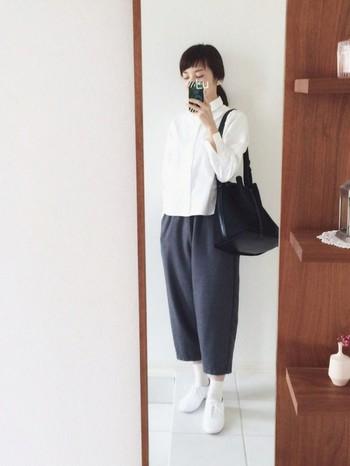 かわいらしいシルエットのグレーのパンツに白のコンフォートシャツ、白スニーカーにソックス、黒のバッグでまとめた、スッキリきれい目な3色コーディネート。きちんと感、清潔感がある素敵なコーディネートですね。