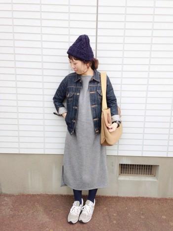 やわらかグレーのワンピースの上にデニムジャケットを羽織って。ニット帽にスニーカーも合わせた、秋のお出かけにちょうどいいコーディネートです。タイツとニット帽のカラーをそろえるとバランスよくなりますね◎