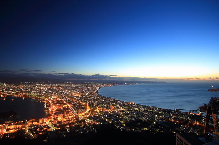 函館に来たらぜひ見たいのは、「ミシュラン・グリーンガイド・ジャポン」で三ツ星に選出されたこともある函館山の夜景。気温が低く空気が澄む秋冬は夜景見物にぴったりです。夕暮れも美しいですが、海に光が差す早朝も格別の眺め。ロープウェイは営業していませんが、混雑しない時間に極上の景観をカメラに収めるなら、タクシーを飛ばして行く価値があるかも!?