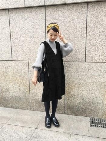 袖にボリュームがあるゆるニットに、大人レディーライクなジャンパースカートを合わせたきれいめカジュアル。足元をローファーにして小物を黒でまとめるとカッチリ感がでるので、デートやお出かけにもぴったりのスタイルです。差し色にマスタードカラーのターバンで秋色をプラスして♪