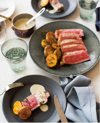メイン料理は、その一皿でサマになるような存在感が大切。お肉料理は、一品でぱっとテーブルが華やかになります。お酒のおつまみとしても合うだけでなく、みんなで取り分けながら楽しく食べることができたり、「特別感」を出すにはぴったりの食材です。