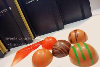 なめらかな半球型のチョコは、フルーツピュレ入り。画像ではみえにくいですが、シックなブックケース型の箱に納められ、贈りものにも喜ばれそう。