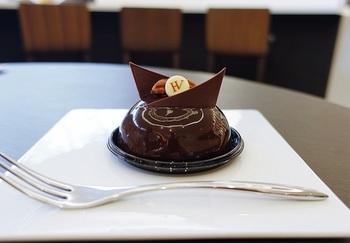 バニラとショコラの2層のムースをビターチョコでコーティングした「ジョルジュ・アマド」(ブラジルの小説家からネーミング)は店を象徴するひと品。