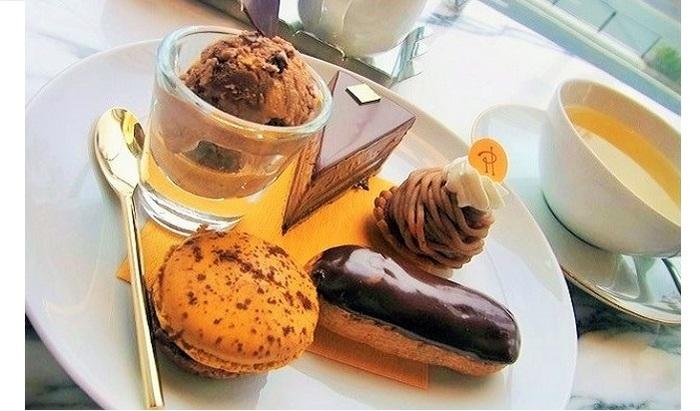 カフェの名称にもなっている「バー ショコラ」。 マカロンプレニチュード、エクレールショコラ、モンブラン、タルトキャレマンプレニチュードが載せられた贅沢なひと皿です。