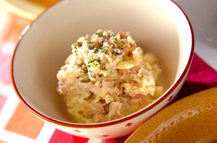 レンジで加熱したサツマイモをつぶして、ツナ・ヨーグルト・マヨネーズ・塩・コショウのシンプルな味付け。サツマイモのほんのりした甘さが、子どもに人気です♪