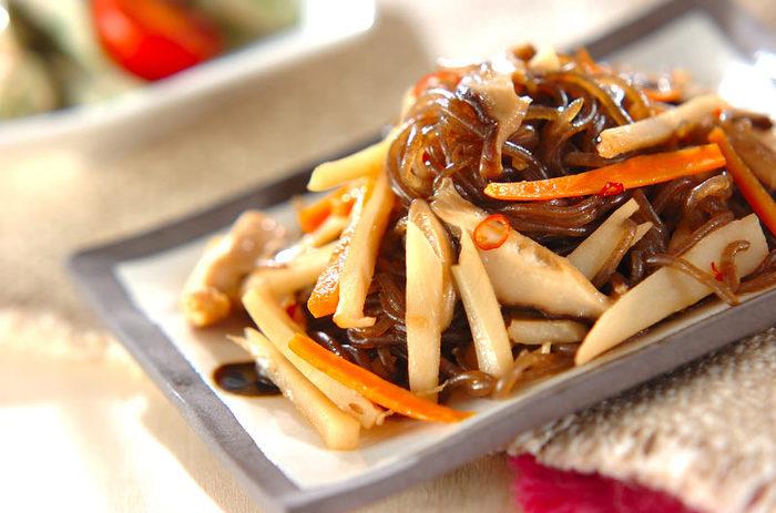 脂身のすくない「ささみ」をつかうことで、良質なタンパク質が摂れて、なおかつヘルシーなレシピ。鷹の爪のピリッとしたアクセントのお陰で、箸が止まらないレシピです。【116kcal】