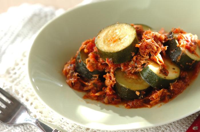 分厚く切ったズッキーニの食感と、ツナと相性のよいトマト味が、ビールやワインにぴったりのレシピです。【145kcal】