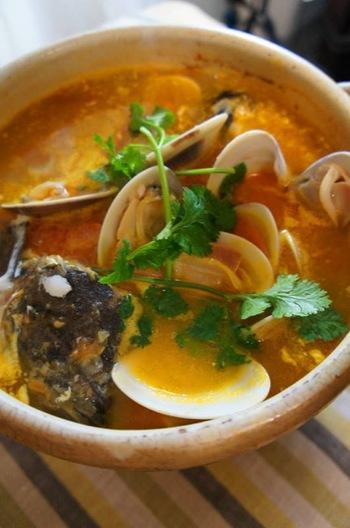 フランス版魚のごった煮「ブイヤベッス(Bouillabaisse)」。魚や貝など複数入れて、美味しいスープをじっくり味わいましょう。お好みでガーリックトーストをつけたり、卵黄やジャガイモ、オリーブオイルなどで作る「ルイユ(rouille)」やアイオリソースをスープに溶かしつつ味わいの変化を楽しむのも楽しいです。