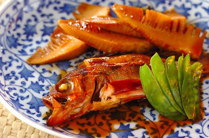 めばるの旬は3月~5月、ちょうどたけのこが出回るころに美味しくなるといわれています。やや淡白な味わいは、焼き魚か煮魚にするのがちょうどいい。たけのこや絹さやと一緒に煮つければ、おもてなし料理にも喜ばれそうです。