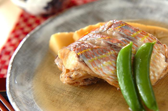 うっすらピンクがかった肌が美しいイトヨリ。真鯛の代わりに祝いの膳に使われることもあり、華やかな雰囲気もあります。その美しさと白身の上品な味わいを生かすために、薄口しょうゆを上手く使って仕上げました。