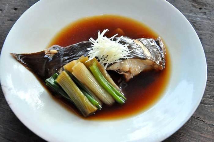 カレイは煮付けに使う定番の魚。新鮮なものなら、霜降りせず、さっと煮付けるだけで十分においしい。とても簡単にできるのに、しっとりと上品な味わいに、贅沢な気分にさせられます。崩れやすいので、浅めのお鍋かフライパンで煮て、盛り付けまではむやみに触らないようにしましょう。