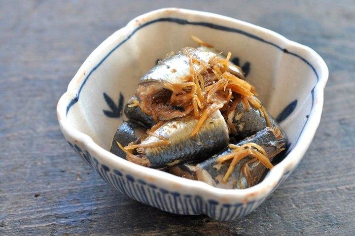 新鮮な鰯がたくさん手に入ったら、常備菜としてまとめて作っておきたい生姜煮。鰯の上品な脂の味が生姜でぴりっと引き締まります。生姜は薄切りでもよいのですが、千切りにしておくと食べやすくなっておすすめです。