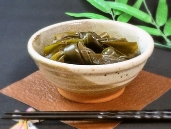 和食の定番、昆布の煮付け。早煮昆布を使えば、簡単に柔らかい昆布煮が作れますよ。