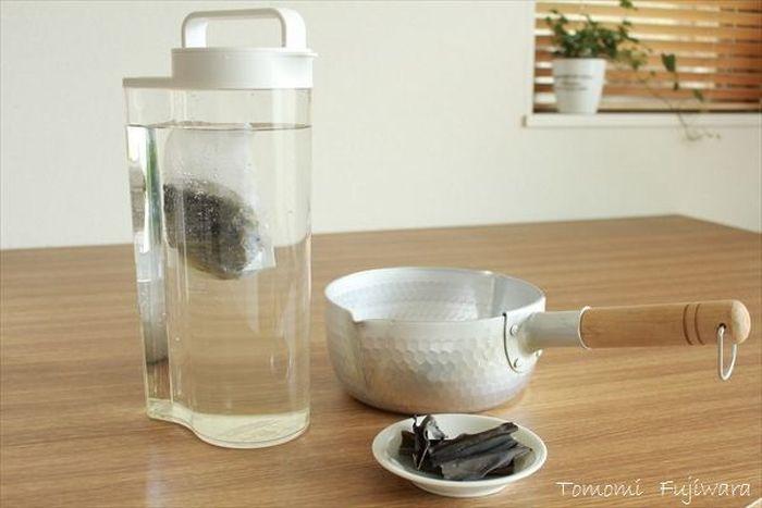 ①昆布の表面を固く絞ったぬれ布巾で軽く拭き、密閉できる容器に水と入れて、一晩(4時間以上)おく。 ②昆布を取り出して、冷蔵庫で保管する。(2~3日保存可能) 水出しは、放っておくだけの簡単レシピ。水1.5リットルに対して20gの昆布を用意します。昆布をあらかじめ、お茶パックなどに入れてから水に漬けると、取り出しやすいですよ。