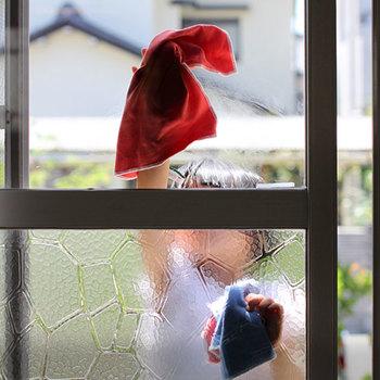 意外に汚れている窓の外側はニットタイプで水拭きしてからテックタイプで乾拭きしましょう。