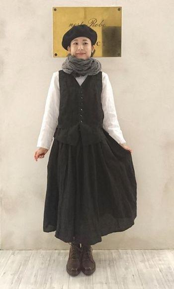 ベストの魅力をより生かすには、同素材のフレアースカートでセットアップ風に。だぼっとしすぎない、程よいシルエットが◎です。