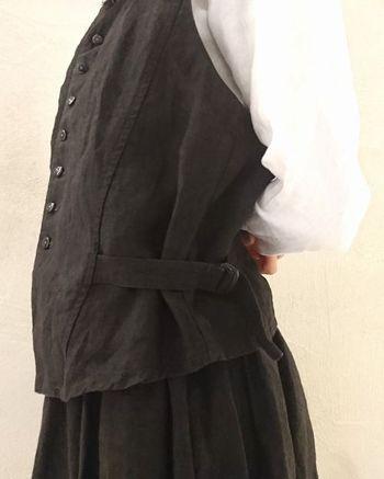 胸の開きが浅めで、ボタンが狭い間隔で付いているディテールが、ヴィクトリアン風のベスト。脇にベルトが付いているので、メンズライクなデザインですが、女性らしいシルエットで着ることができます。