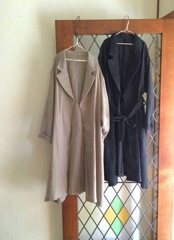 ノーボタンで、ウエストをヒモで結ぶタイプのローブは、ヨーロッパの人の家着のようで、街着としては珍しいデザイン。他ではなかなか見つからない、ウールガーゼの素材感も魅力です。
