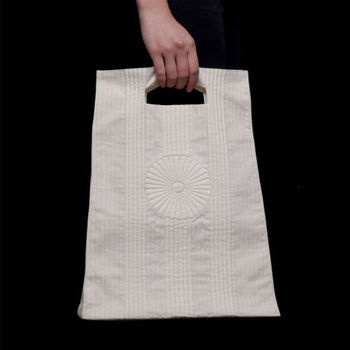 『ブティ』のバッグ。シンプルながらも手の込んだ美しさが目を引きます。