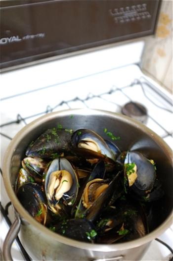 ムール貝の養殖で知られるブルターニュ地方の代表的な料理「ムール・マリニエール(Moules marinière)」。レストランで注文すると、1人前とは思えない量が出てきます。美味しい出汁がしみでたスープをパンに浸して召し上がれ。