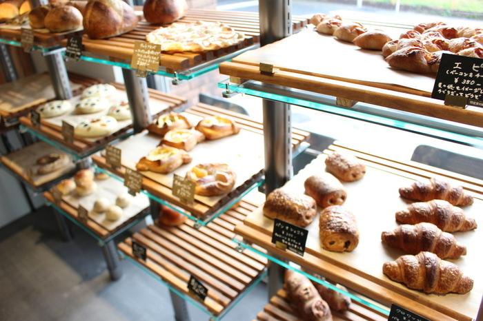 自家製天然酵母を使用し作られたパンが並べられた店内。どれを選ぼうか迷ってしまいます。