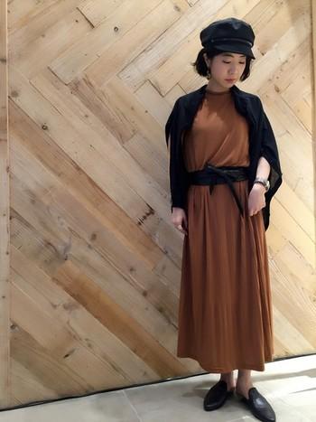 シンプルなワンピースの上にサラッ羽織っても◎トレンドのテラコッタカラーとブラックの大人っぽいスタイリングです。
