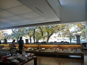 五稜郭のすぐそばにある六花亭五稜郭店。大きな窓から額縁のように五稜郭の風景を切り取って見せてくれます。秋にはきっと鮮やかな紅葉を楽しめるはず。楽しみですね。