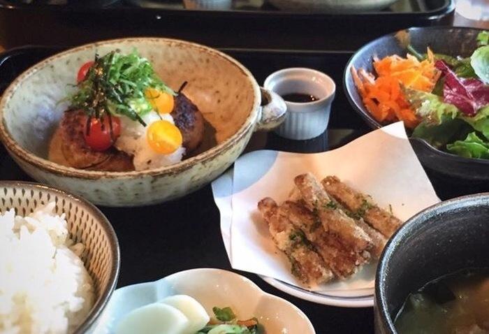 ランチメニューは糸島の旬の食材を使った、一汁三菜のセット。その他にスイーツメニューも用意されていますので、ランチでも喫茶でも利用可能です。
