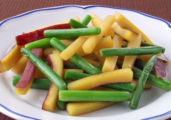 さつま芋の甘みを生かしたあっさり味の炒め物。さつま芋は、にんにくの芽と同じ太さの細目に切り揃えると、火が通りやすいです。皮の紅色がアクセントに♪