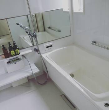 どうしてもカビの生えやすいお風呂場ですが、お風呂から出る際に冷水シャワーを床や壁にかけて全体の温度を下げてから、お酢スプレーをかけておくとカビ予防になります。