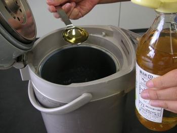 電気ポット内の水垢を落とすには、お酢を大さじ2~3倍ほど入れ、水を沸騰させます。 1時間ほど放置した後に水でよくすすぐだけです。