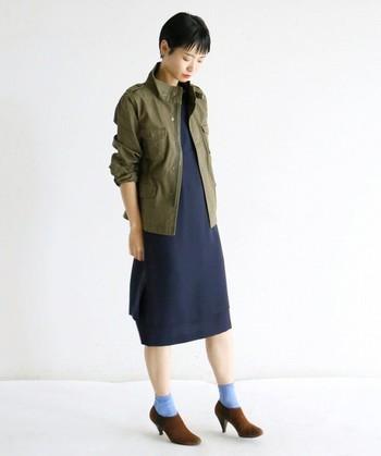 Iラインワンピースにミリタリーアウターを合わせて♪すっきりとしたシルエットで、モードな雰囲気で新鮮な着こなしになります。