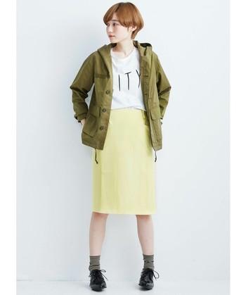 へちま衿のようなデザインになるよう計算された小さめフードのミリタリージャケット。さりげない小顔効果があり、抜け感も演出できます。明るいイエローのタイトスカートと合わせてクールにガーリーに!